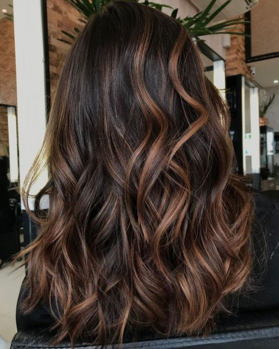 donkerbruine-haarkleur-warme-highlights-balayage