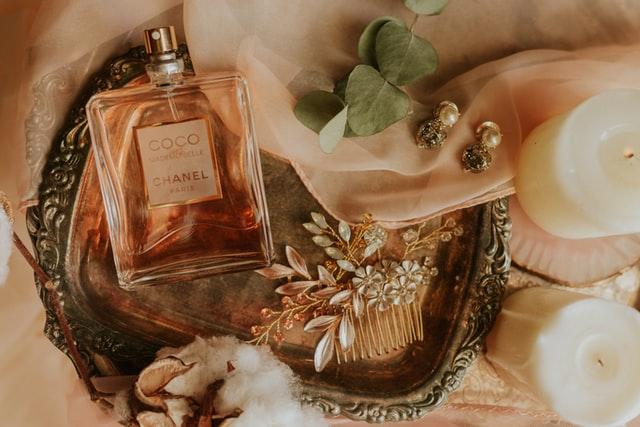 hoe-parfum-dragen-1